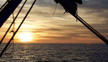 Coucher du soleil sur un voilier